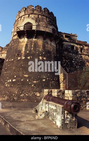 NMK 66389 : Bhavani Shankar cannon with bastion of Jhansi fort ; Jhansi ; Uttar Pradesh ; India - Stock Image