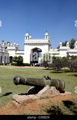 Upright  view towards the entrance gate of the Chowmahalla Palace Hyderabad India showing a cannon in foreground - Stock Image