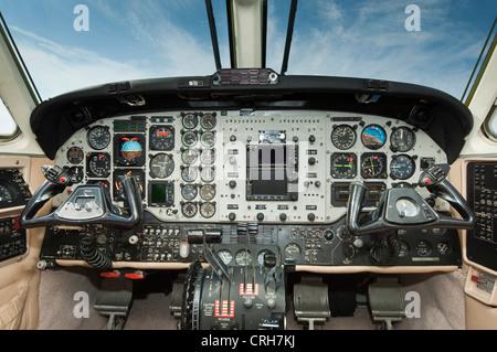 king-air-airplane-cockpit-crh7kj.jpg