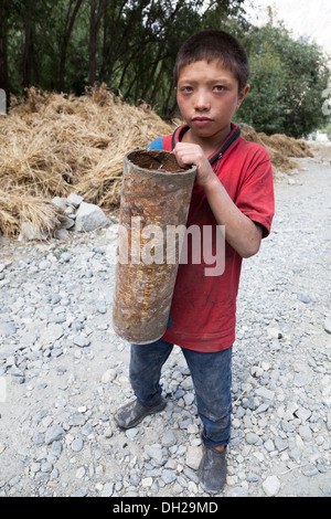 Indian Muslim children playing with Indian Army artillery cartridge cases close to Pakistan border. Turkuk, Ladakh, - Stock Image