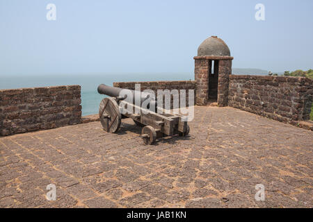Gun and watchtower at Fort Reis Magos - Stock Image