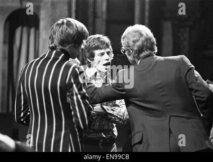 http://l450s.alamy.com/450sde/en99cb/mick-jagger-im-gesprach-mit-the-rolling-stones-manager-andrew-loog-oldham-rechts-nach-weigert-sich-auf-einer-drehbaren-buhne-in-the-london-palladium-show-gehen-22-januar-1967-en99cb.jpg